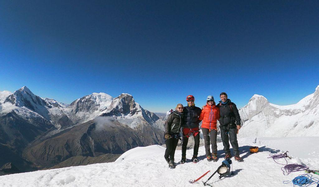 Clientes en la cumbre del nevado pisco