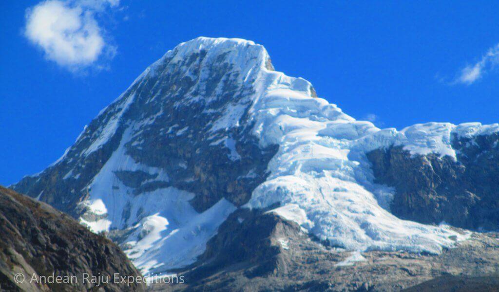 """Cara Noreste del Nevado Artesonraju, conocido como el """"Paramount Picture"""""""