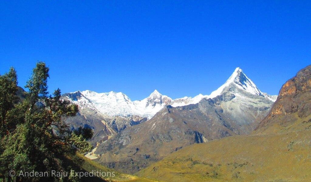 Desde la Quebrada Arhuaycocha se puede ver la silueta del Nevado Artesonraju