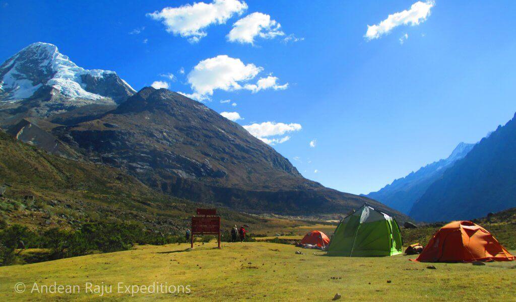 Desde el campamento Taullipampa se puede apreciar la silueta el Nevado Artesonraju - Santa Cruz Trek