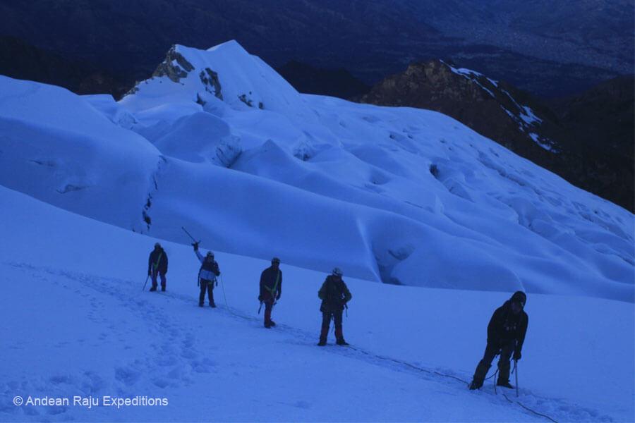 andinistas subiendo a la cumbre del Nevado Vallunaraju