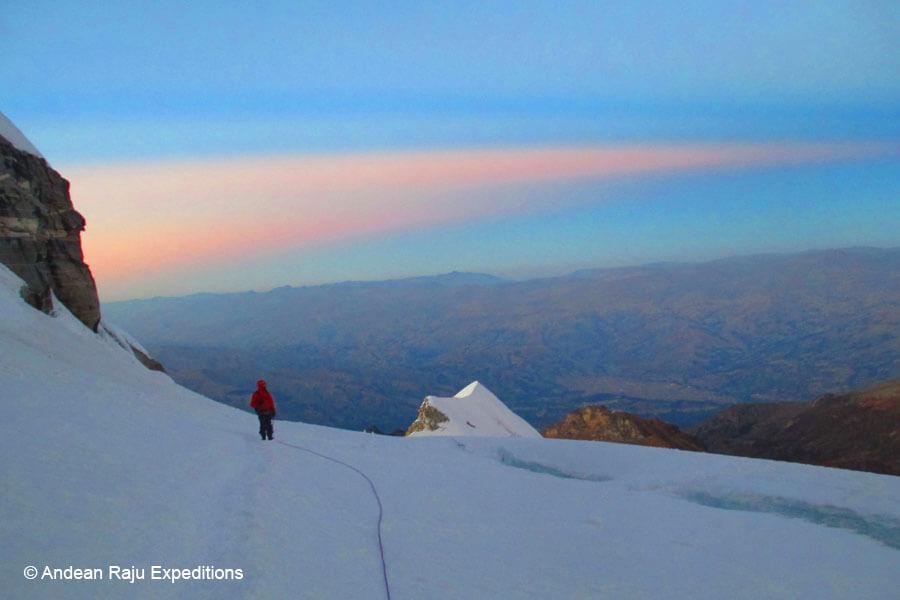 ascendiendo a la cumbre del Nevado Vallunaraju