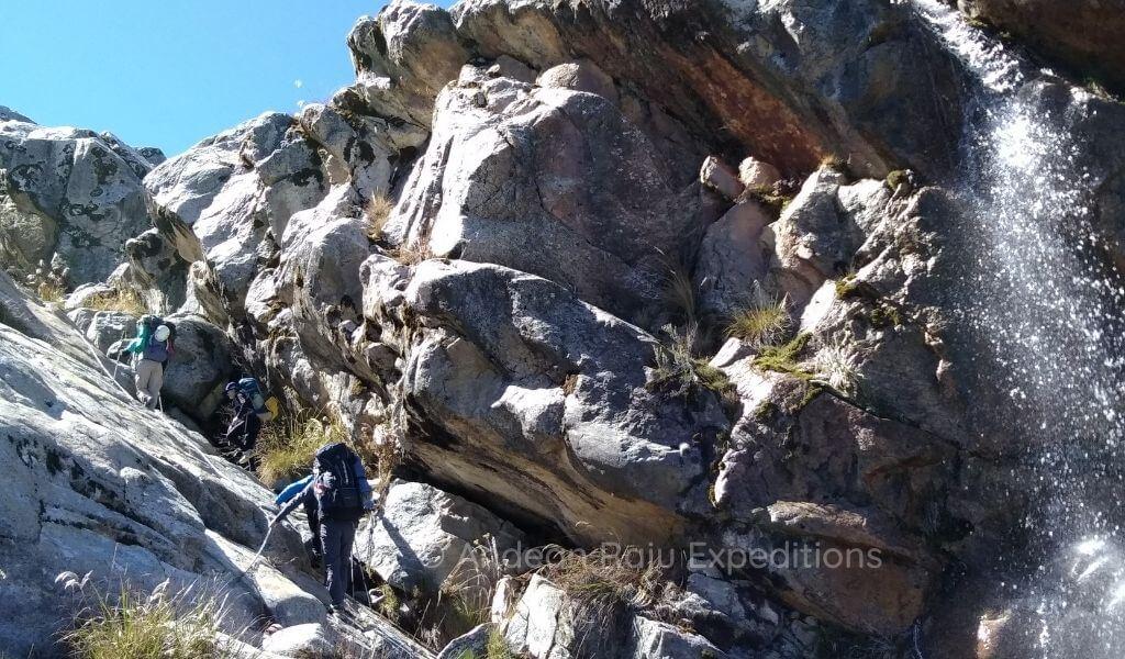Superando placas de roca para llegar a Campo Alto I