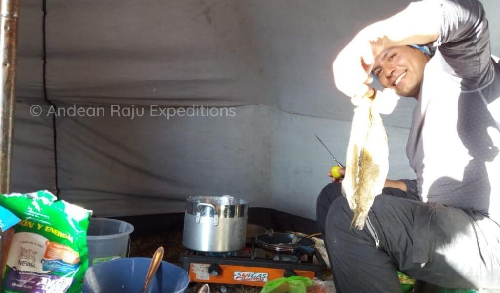 Preparando la alimentación para los expedicionarios