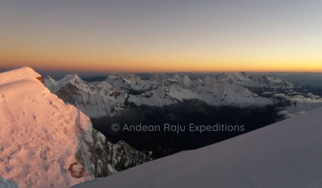 Durante el ascenso a cumbre se tiene una vista de las montañas de la Cordillera Blanca